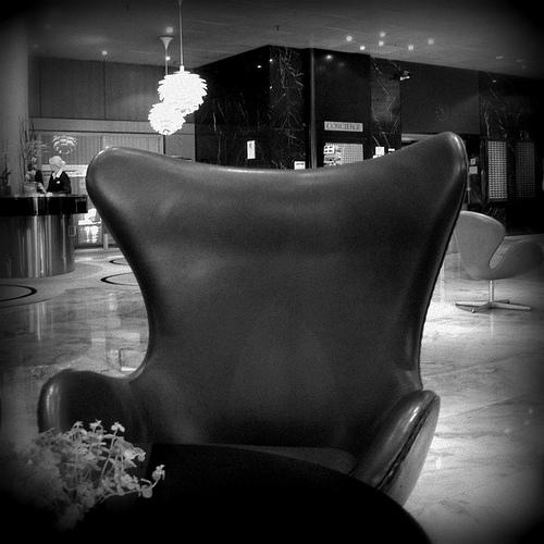 La Egg chair in una foto storica collocata nella hall del Royal SAS Hotel di Copenaghen.