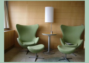 Un interno oggi del Royal hotel dove è ancora collocata la Egg chair di Arne Jacobsen.