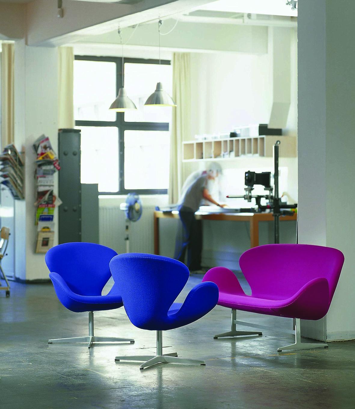 I due modelli 3321 3320 ossia la Swan chair e Swan sofà disegnati da Arne Jacobsen del 1957.