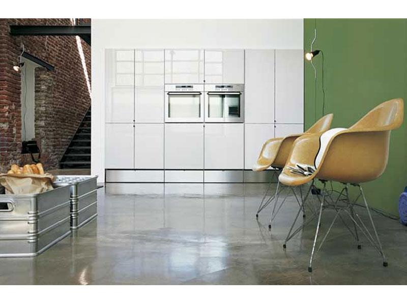 Esempio di una cucina laccata bianca accostata a pareti verde chiaro