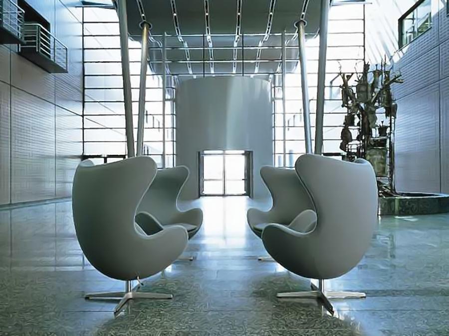 La Egg-chair versione grey collocata in un ampio salone d'ingresso.