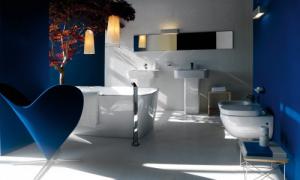Interni per un bagno dalle tonalità blu. (lafen)