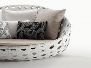 Il divano dall'alto schienale della collezione Canasta. (B&B)