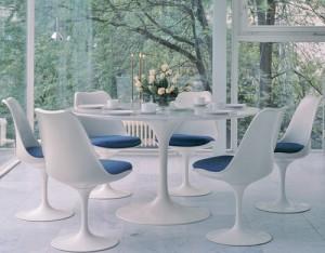 Soggiorno che unisce la Tulip chair al tavolo Tulip nella versione tavolo da pranzo entrambi della Pedestal Serie