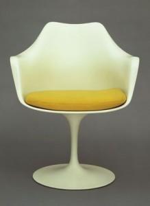 Tulip arm chair, la versione poltroncina con braccioli nota anche come modello n. 150 (Knoll International).