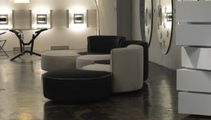 Illuminazione d'accento che valorizza il living room.