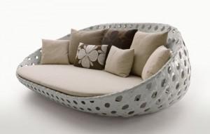 Il divano per esterni disegnato da Patricia Urquiola per la collezione Canasta di B&B.
