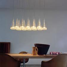 Esempio di illuminazione con lampade a sospensione (Fucsia di Achille Castiglioni per Flos)