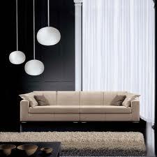 Le luci di questo soggiornano giocano sulle varie lunghezze e movimentano l'ambiente oltre a diversificare l'intensità luminosa.