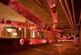 L'opera di  Vicente Garcia Jimenez  installazione dove  lunghe composizioni tubolari come lunghi fili presentata al Designers' Saturday.