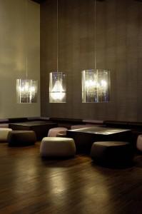 Nei locali pubblici spesso e utilizzata la l'illuminazione d'accento risolta in queste esempio da lampade a sospensione.