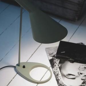 Luce morbida e puntale della lampada nella versione da tavolo (Louis Poulsen).