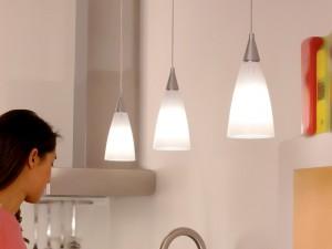 Esempio di illuminazione localizzata con lampade a sospensione su un piano di lavoro ad esempio in cucina.