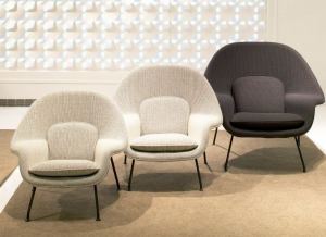 La Womb chair di  Eero Saarinen. Knoll propone una vasta gamma di tessuti Kvadrat.