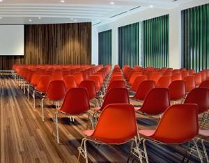 Una sala conferenza allestita con la DSS-stacking base, con aggancio laterale.