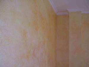 Particolare di effetto anticato sul paramento murario con tonalità sabbia.