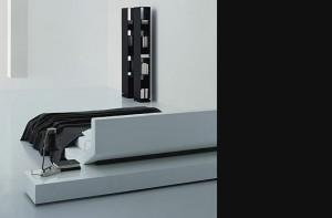 Lipla può integrarsi ad un elemento opzionale in legno che si trova a livello del telaio dietro la testiera e fornisce comodini con cassetti su entrambi i lati del letto. (Porro)