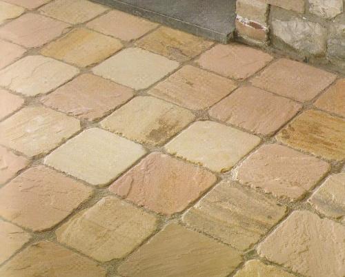 Pavimento rivestito in pietra indiana.