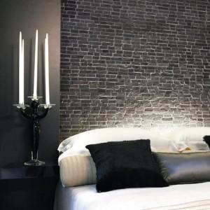 Rivestimento effetto pietra sopra alla testiera del letto. Una soluzione di questo tipo conferisce personalità la stanza da letto.