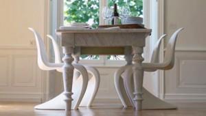 Una soluzione elegante per la Panton Chair bianca dal sapore design in questo abbinamento con un tavolo classico.