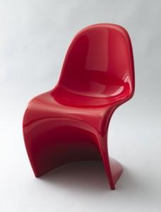 Confronto tra la sedia prototipo e la versione finale della Panton Chair in collezione al MoMA di New York.