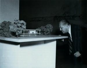 Mies van der Rohe davanti al plastico per casa Farnsworth.