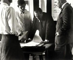Mies van de Rohe nel periodo in cui era direttore del Bauhaus.