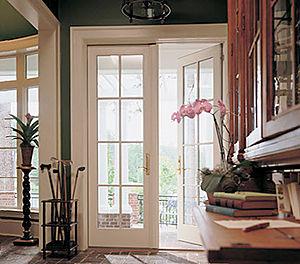 Porta finestra a battenti in legno.
