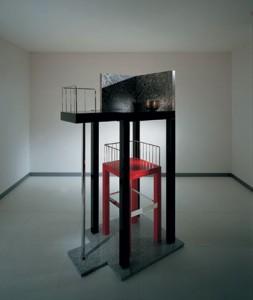 Mobile in legno laccato, acciaio cromato e granito (1987). Blum Helman Gallery New York.