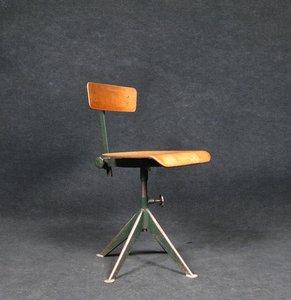 Swivelling chair dall'Atelier Jean Prouvè