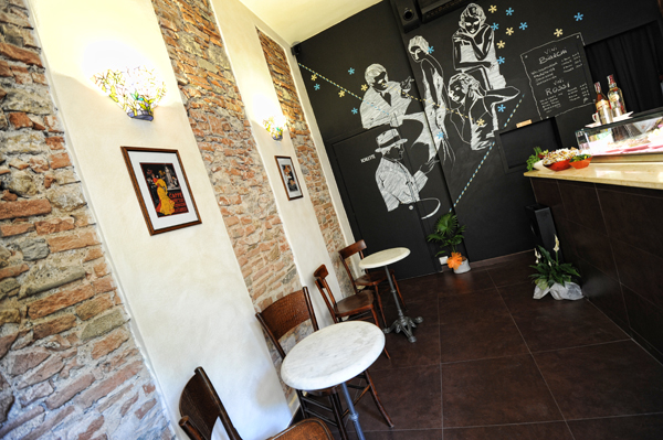 Il bel disegno su uno dei muri del Caffè La Torre