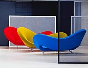 Il divano dalla forma flessuosa e avvolgente disponibile anche con rivestimento dai colori sono accesi, moderni, vivaci. (Moroso