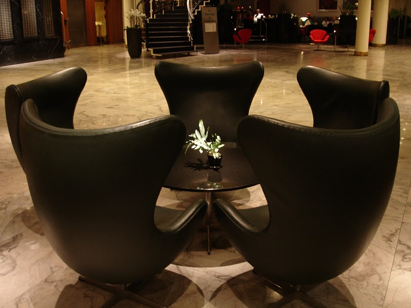 Versione in pelle della poltrona di Arne Jacobsen posta ad oggi nella hall del Radisson Royal SAS Copenhagen.