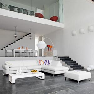 Un ampio soggiorno in cui il bianco prevale.