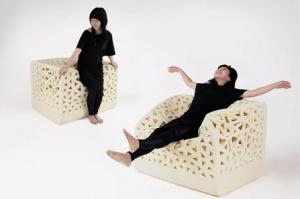 La designer Wu Yu Ying vincitrice con Breating Chair del premio Red Dot Award nel 2009, ci da una dimostrazione della versatilità della sua creazione.