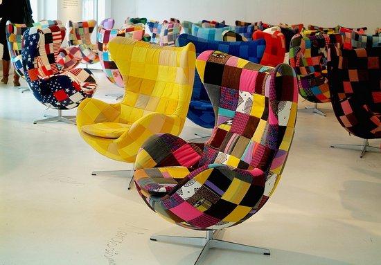 La Egg chair in versione rivestita in tessuto patchwork.