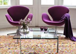 Un soggiorno propone Swan chair nella versione lilla in tessuto.(MC Selvini)