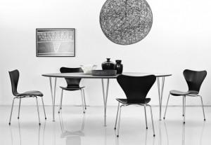 Ambientazione della sedia Serie 7 in un living room.