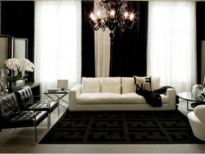 Un living room che accosta il nero delle finiture ai colori chiari del divano. (Fendi Casa)