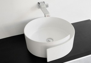 La forma simpatica e sinuosa del lavabo disegnato dallo studio Nendo Design (Flaminia).