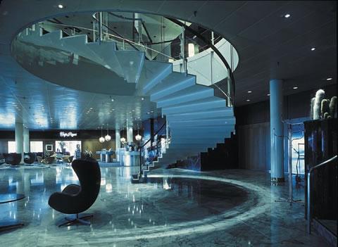 Un interno della hall del Radisson SAS Hotel di Copenaghen in cui compare una egg chair