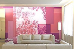 Una soluzione per il soggiorno con una parete giocata sulle gradazioni del rosa.
