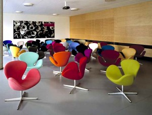 Swan chair prodotta da Republic of Fritz Hansen e distribuita in Italia da MC Selvini è presente con una vasta gamma di colori e finiture.