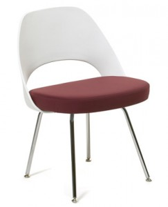Side Chair con schienale in plastica di recente introduzione. (Knoll)