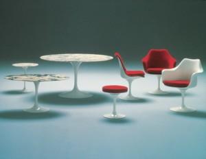 L' intera Pedestal Series composta oltre che dalle sedute dai tavoli e tavolini.