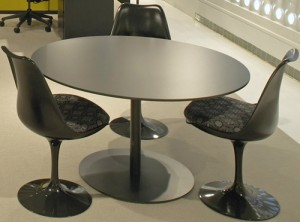 Dinning table e Tulip chair in versione black (Knoll International).
