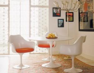 Un interno dal sapore vintage con la Tulip arm  chair e il tavolo da pranzo della serie piedistallo (Knoll International)