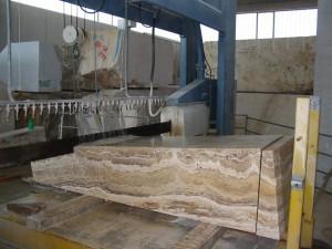 il blocco di pietra che arriva dalla cava, viene rifilato, togliendo le parti morbide  e dandogli una forma regolare.