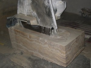 Dopo il blocco viene messo sotto la fresa che sbozzera la parte interna secondo il disegno eseguito