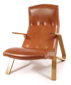 La sedia Saarinen Grasshopper è stata la prima progettata da sedia Eero Saarinen per Knoll. Questo esempio risale alla fine del 1940 in morbida pelle color zucca.